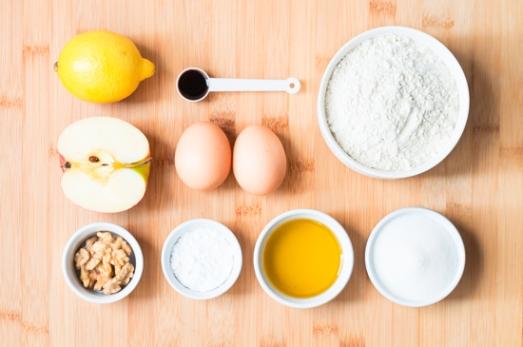Ingredientes para las galletas de aceite y limón con cobertura de manzana y nueces.