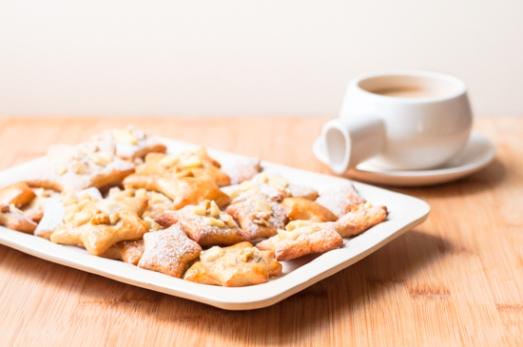 Bandeja de galletas de aceite y limón con cobertura de manzana y nueces.
